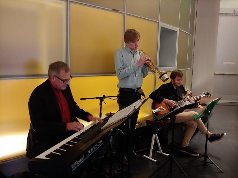 Ferndale Mayor Jon Mutchler (Music/Jazz Studies, '83) jams with students at the recent State of the University address given by WWU President Sabah Randhawa on Nov. 27.